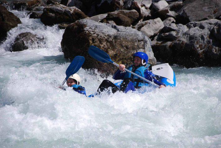 Le hotdog surfe la vague du Rabioux lors d'une descente jusqu'à Embrun
