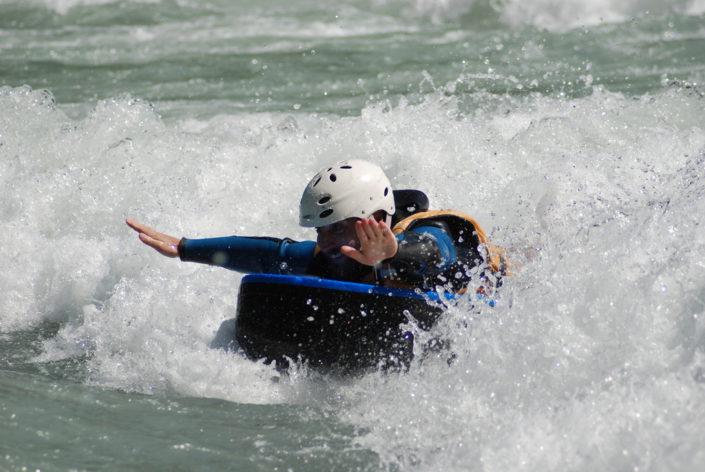 Superman en hydrospeed sur la Durance, à la vague de la Clapière
