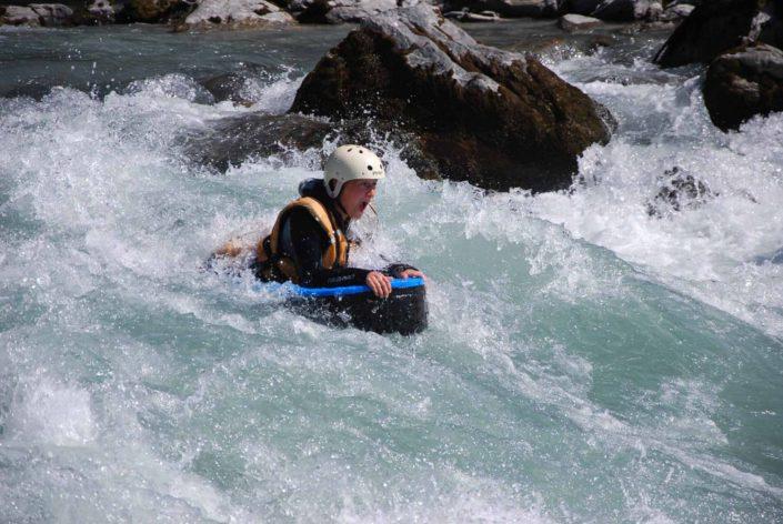 L'hydrospeed va traverser la vague du Rabioux lors d'une descente sur la Durance