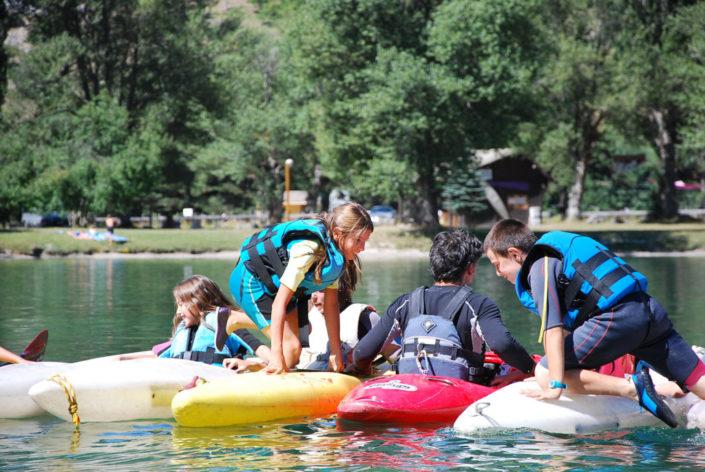 Jeux en kayak à la base de loisirs d'Eygliers