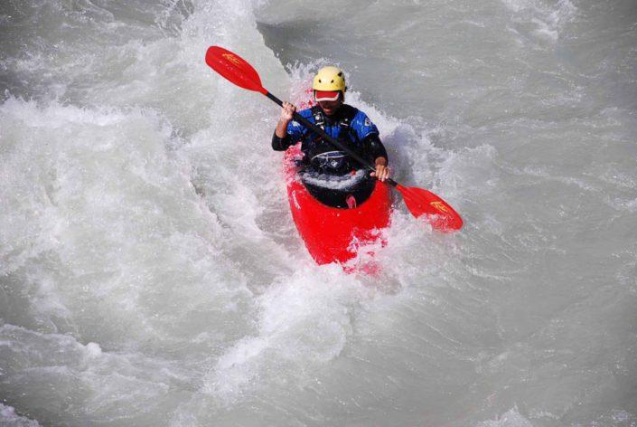Le kayak traverse la rapide du pont de fer