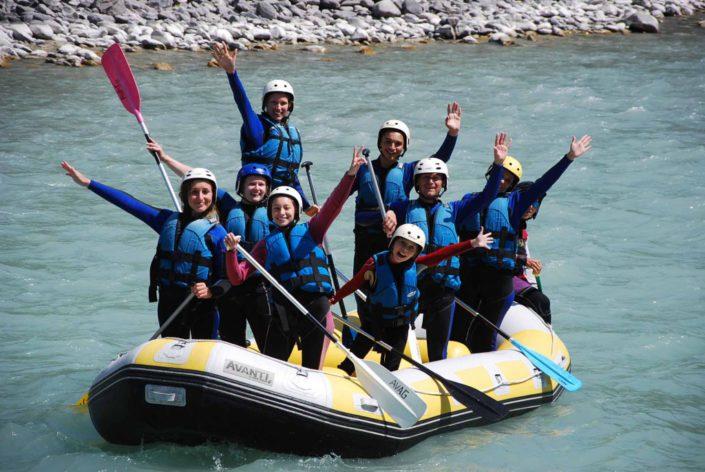La colonnie de vacance nous fait coucou lors d'une descente en rafting