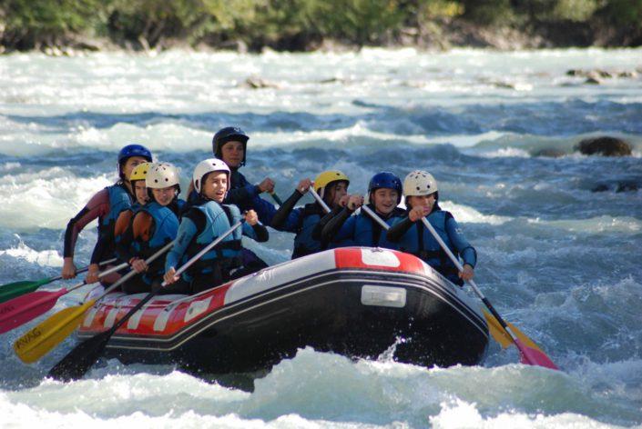 Un groupe fait une descente en rafting sur la Durance