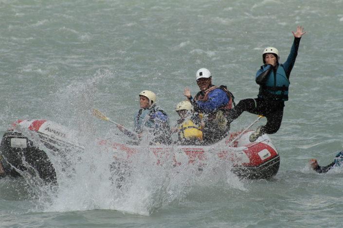 Lors d'une descente en rafting, une participante saute dans la rivière Durance