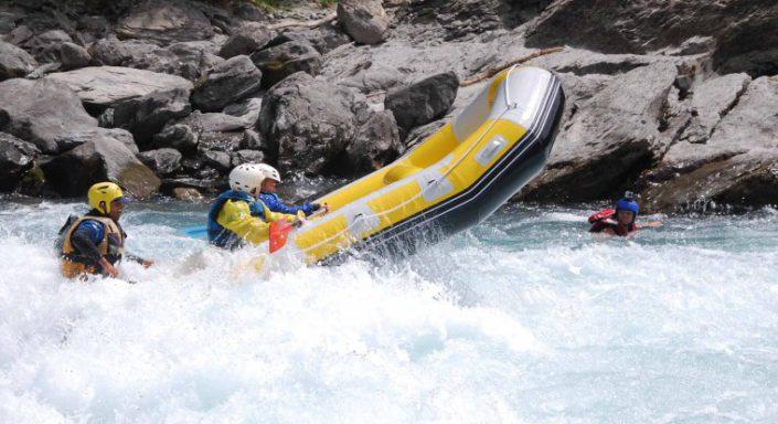 Le raft surfe la vague du Rabioux lors d'une descente sur la Durance